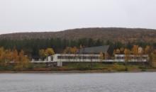 Hotelli järveltä